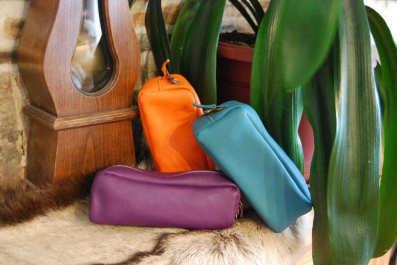 trousses en cuir de couleurs orange, violet et bleu